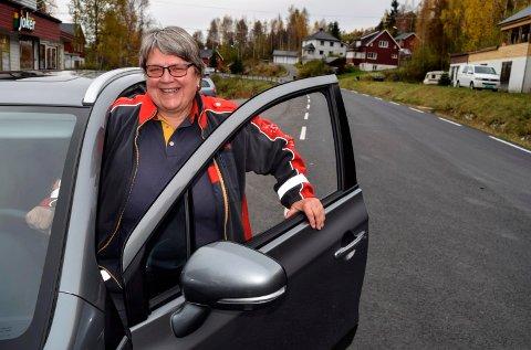 - Jeg har ventet lenge på både ny asfalt og med å kjøpe meg ny bil. Nå går det som en drøm å kjøre langs Vestsida, sier landpostbud og vestfjerding Kari Nydal.