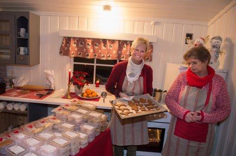 Rykende ferske pepperkaker og 25 forskjellige småkaker kan Kari Anne Sukkestad (tv) og Ester Oddfrid Dalsaune tilby de som stikker innom deres hytte.