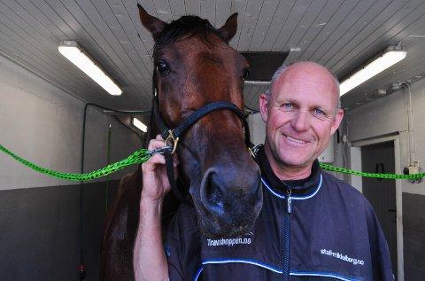 KOM TILBAKE: Kusk og travtrener Olav Mikkelborg har flyttet nesten 30 hester inn på Bjørge gård i Gran. Der håper han å bli en god stund. Her står han sammen med Glazier's Victoria (4) etter noen runder på den 1600 meter lange treningsbanen.