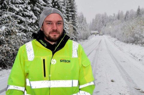 KJØRTE BAK: – Det var flaks at det ikke kom noen kjørende imot da hengeren på vogntoget begynte å slange fram og tilbake i veibanen, sier Christian Røken.