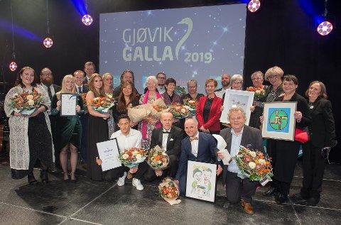FLOTTE PRISVINNERE: Her er de verdige prisvinnerne under Gjøvik Galla i 2019 samlet etter at TV-kameraene er slukket.