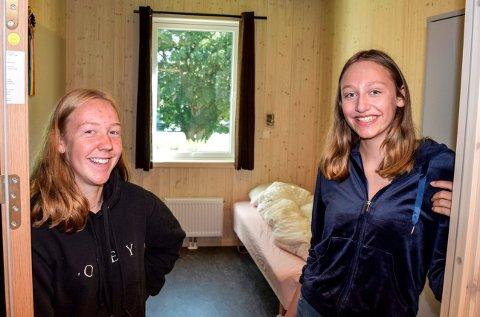 HELT NYTT: - Det er  kjekt å kunne flytte inn på et rom ingen har brukt før en, sier Karina Osmark (t.v.) og Ylva Gaaserud Rogne, som skal bo på internatet på Valle i uka og reise hjem til Biri i helgene.