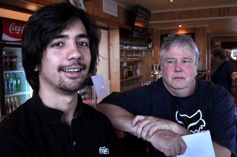 FÅR SKJENKE: Etter enstemmig vedtak i formannskapet kan Daniel (t.v.) og Steffen Fossum fortsatt skjenke alkoholholdig drikke ved Lena Pub.