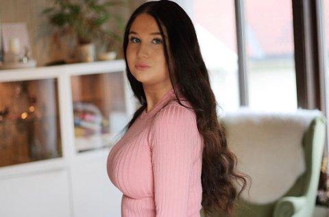 Tobarnsmamma, blogger og influenser Jessica Enerberg fra Gjøvik føler seg hånet av andre influensere som bryter anbefalingene.