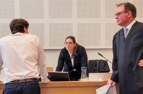 I RETTEN: En 37-åring og en 52-åring er tiltalt for dyrking av hasj/cannabis i en bolig på Tongjordet i Gjøvik. Forsvarerne Jacob Sanden Ringsrød (t.h.) og Hans Mikkel Herberg i samtale med aktor, politiadvokat Marte Johansen.