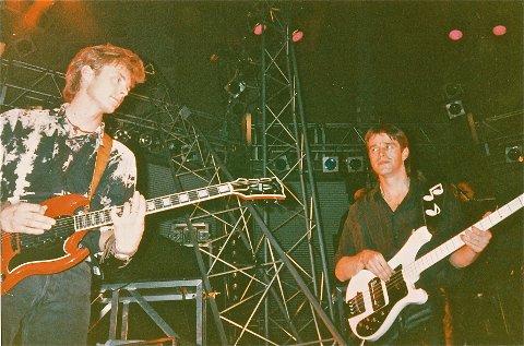 VERDENSTURNE: Jørun Bøgeberg var a-has faste bassist fra 1990 til 1994. Her sammen med Paul Waaktaar-Savoy  ett eller annet sted ute i Europa i 1991.