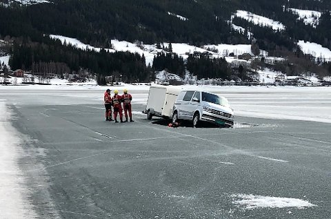 BISTAND FRA BRANNVESENET: Et vaktlag fra Nord-Aurdal brannvesen bisto bergingsselskapet med å feste vaiere på bilen som gikk gjennom isen.