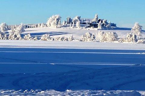 RETT VED SILLONGEN: Kvaksrud gård fotografert fra Toten Hotel Sillongen.