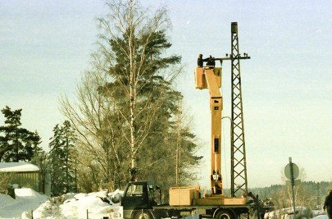 GAMMEL LINJE: Høyspentlinje fra 1917 gjennom Ski demonteres. Foto 1977 Harald Stokkeland