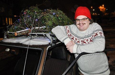 SPRER GLEDE: Emil Myrdal sprer glede med et lysende juletre på biltaket.