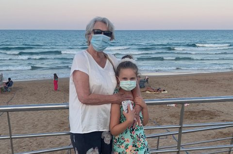 Både mormor May Liss Kolstad, og barnebarn Mia Marie bruker munnbind når de går på gaten i Spania.