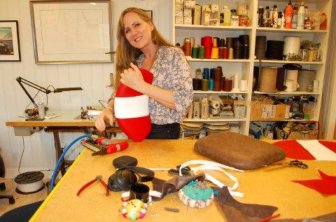SKIFTET BEITE: For 15 år siden startet Nadine Lund (47) for seg selv som møbeltapetserer. Siden 2013 har hun holdt til på Sandvoll ved Siggerudveien i Ski.