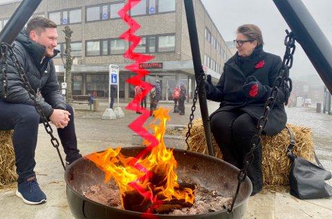 UENIGHET: I begynnelsen av mars stilte Stian Ulvøy i Follo Næringsråd og ordfører Hanne Opdan opp rundt bålpanna, og fortalte om hvordan de samarbeidet om kriteriene. Nå har næringsrådet sendt inn bekymringsmelding. Foto: Bjørn Sandness