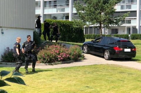 TIL AKSJON: Her aksjonerer politiet i det lokale boligområdet.