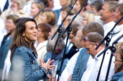 Dirigenten: Mari Sønnesyn Berg er som alltid dirigent for det store koret.