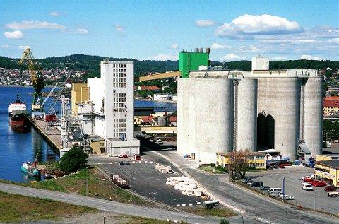 FELLESKJØPET ØSTLANDET. Med sitt ruvende anlegg ved Kanalkaia er Felleskjøpets avdeling i Larvik et av de største på Østlandet.