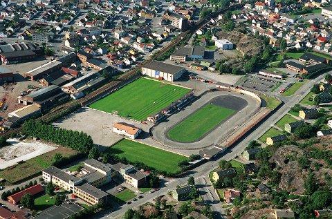 FRAM STADION sett fra nordøst med fotballbanen til venstre og skøytebanen til høyre. Framhallen i motsatt hjørne.