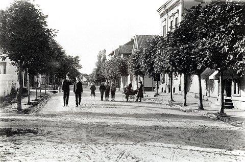 KONGENSGATE i Stavern omkring 1905. Spaserende: Til venstre: Sverre Kolle (farmasøit) og Trond Wurschmidt.