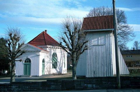 LANGESTRAND KIRKE fra 1818 med sitt eksterne klokkehus til høyre.