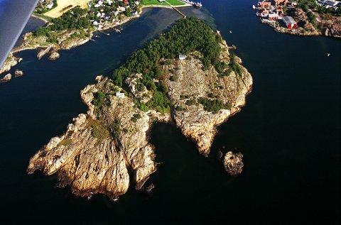 OTERØYA deler Hølen i et østre og et vestre løp. Øya ble tilgjengelig for almenheten i 1960-åra med gangbru og innføring av atferdsregler.