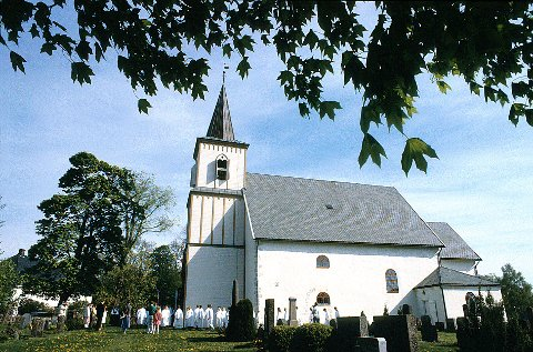 TANUM KIRKE  Tanum kirke fotografert under en konfirmasjon i mai 91.