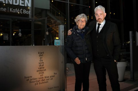 Poet og artist Trygve Skaug avduket sitt eget dikt utenfor Sanden café søndag kveld. Her sammen med leder av Poesiparkens venner, Kari Krogsbøl Kristoffersen.