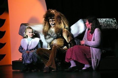 Søstre på scenen: Lucy og Susan, to av barna som legger ut på eventyr og treffer løven Aslan.