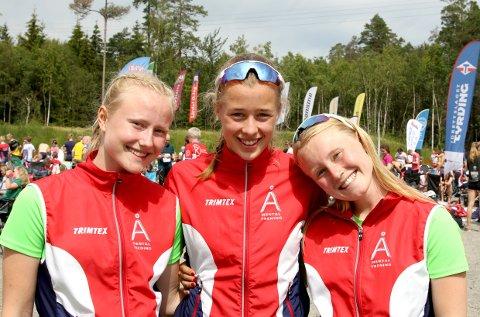 SPENNENDE TIDER: Fra august vil Eline Schjerven (til venstre), Kristin Melby Jacobsen og Mina Schjerven, alle fra Lardal OL, også trene orientering på dagtid når de er på skolen.
