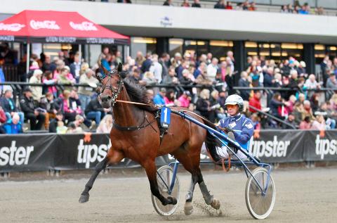 SØLVHESTEN: Frode Hamre og stilige Rebella Matters. Hun ble toer i Hoppederby. Ettersom Rebella var påmeldt i den såkalte «premiesjansen» ble belønningen for en andreplass doblet til én million kroner.