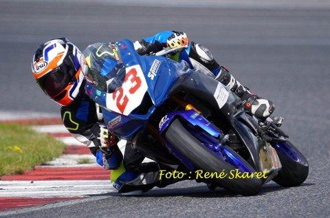 Tøff sport: Martin Eriksen (16) fra Kvelde konkurrerer i roadracing. Hans Yamaha YZF R3 har en toppfart på rundt 200 km/t. På sikt ønsker Martin å leve av hobbyen sin.