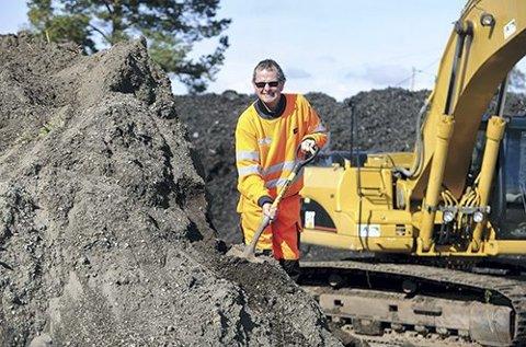 MYE NÆRINGSRIK JORD: Bjørn Aasen fra FIAS er klar til å lesse på god plenjord til de som kommer på Torpet. (Foto: Privat)