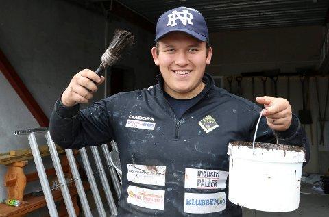 VELDIG BRA: – Det har vært en veldig fin tid med sommerjobben, sier Joakim G. Lonkemoen, som har jobbet i malegruppa.