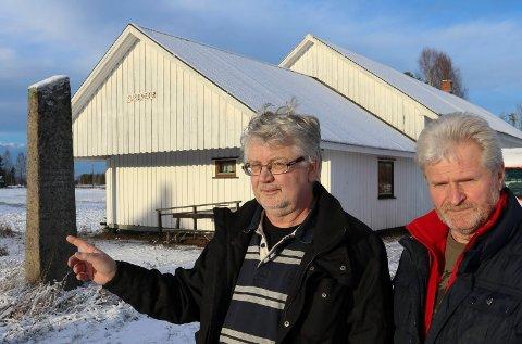 BØR FLYTTES: – Vi mener bautaen bør flyttes fra samfunsnhuset her til rådhusplassen på Flisa, sier Asbjørn Venberget, til venstre, og John Oppi.