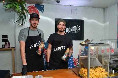 LOS BØRRITOS PERSONLIG: De høye brødrene Aleksander (til venstre) og Anders Børresen serverte høytstående meksikansk mat på pop-up-restauranten Los Børritos i forbindelse med åpningen av Skrå i Elverum. (Foto: Bjørn-Frode Løvlund)