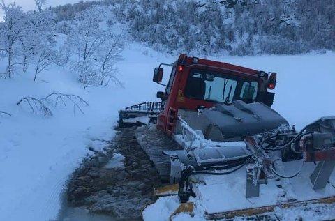 Her gikk løypemaskina til Savalen Turlag gjennom isen. Tre og en halv time senere var den berget.