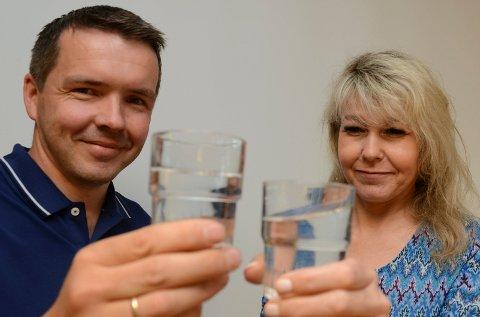 INGEN SVARTE PRIKKER:  MAgne Berg og Monica Solberg ved teknisk etat i Våler kan berolige folk med at det ikke lenger er svarte prikker i Våler-vannet.