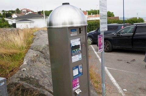 Parkeringsautomaten i Sandesund på Hvasser ble plassert på naboens eiendom.