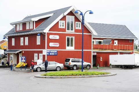 Det er i andre og tredje etasje i dette bygget i Sandøsund at det er to leiligheter som eierne ønsker å få lovlige, med tanke på utleie. Bygget huser ellers fiskemottak og restaurant.