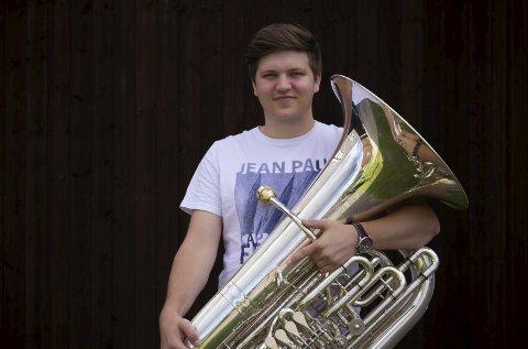 Fundament: Fredrik Hassel har spilt tuba siden tidlig tenårene. – Jeg liker tubaen fordi det er et allsidig instrument. Man kan spille alt fra pop til jazz. Men også store fine operaer. Tubaen er selve fundamentet i orkesteret, sier 22-åringen. Foto: Privat