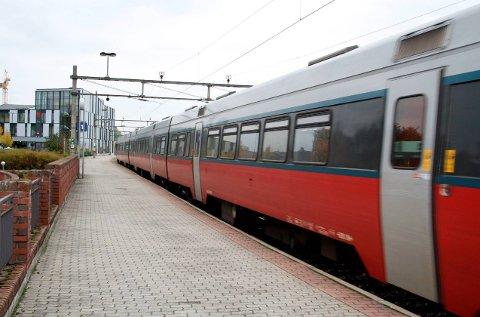 HER BLIR DET FEST: Klokka 12.35 ankommer toget Porsgrunn stasjon med samferdselsministeren og stort følge.