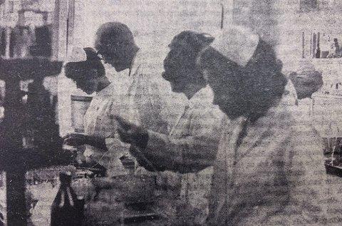 FRA LABORATORIET: Mannen i midten er laboratoriets daglige leder, cand real Kjell Skaug.