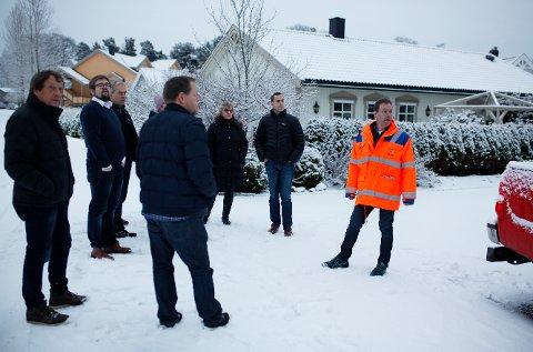 LEDET AN: Arealplanlegger i Rakkestad kommune, Espen Glosli, viste formannskapet eiendommen hvor eier har søkt om en dispensasjon fra reguleringsplanen onsdag morgen.