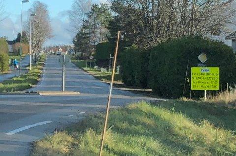 Fossbekkbrua blir stengt i ett døgn neste uke. Her er det skiltet i Strømfossveien.