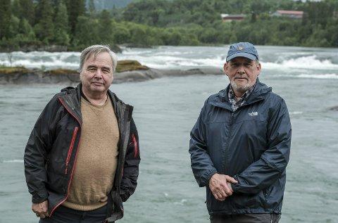 RANAELVA: Arne Kalkenberg (t.h.) liker dårlig at det ska fiskes i år. Torleif Frøysa i Rana Jeger og Fiskeforening er enig: – Det er meningsløst å avlive mellomlaks, det er viktig gytefisk. FOTO: Øyvind Bratt