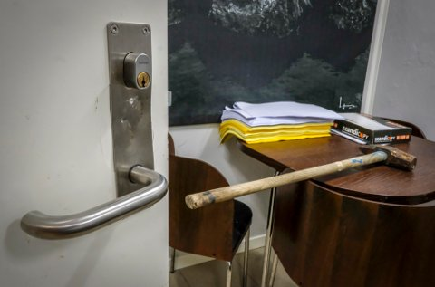 Slegge ble brukt som verktøy for å åpne de låste dørene. Stålkameratene har hatt innbrudd i restene av Stålhallen.