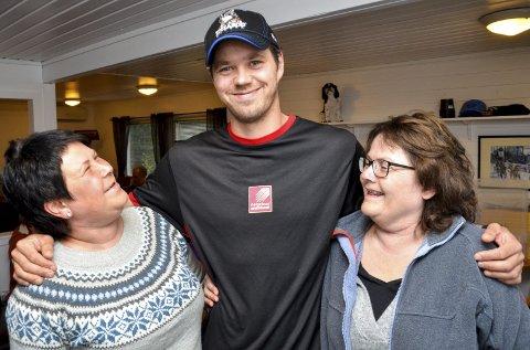 Mange spørsmål: Line Olsen (t.v.) og Linda Haugsdal kom for å møte Joar Leifseth Ulsom. De hadde begge mange spørsmål, særlig om hundehold og trening. Foto: Gøran O. Pedersen