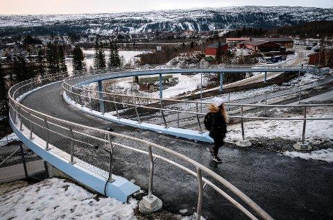 Gangbru fra veien og opp til Polarsirkelen videregående skole sikrer en tryggere og raskere vei for elevene som kommer med buss.
