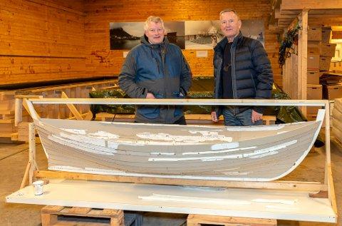 Nå nærmer det seg realisering av nytt museumsbygg på Lovund. Her ser vi ordfører i Lovund, Carl Einar Isachsen (til venstre) og Bjørnar Olaisen bak en modell av Lovundbåten.