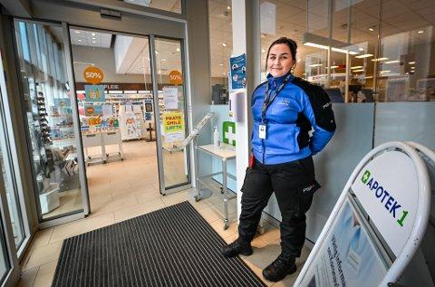 Apotek 1 har måttet hyre inn vektere for å begrense antall folk i butikken, her vekter Jenny Fandal.