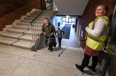 Mats Kevin Hugdal Fordelsen (bakerst) i 10B synes det var veldig bra å komme tilbake på skolen. Opp trappa følger han og de andre strenge regler. Nikolai Jonassen fremst, mens lærer Maria Sandvik-Mikalsen følger med.